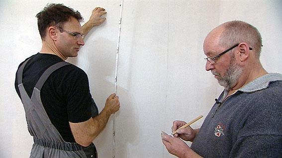 Vliestapeten Richtig Tapezieren : Als erstes messen nun die beiden M?nner das Wohnzimmer aus, um auf