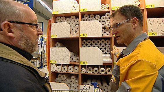 Vliestapeten Richtig Tapezieren : Im Baumarkt suchen die beiden M?nner zun?chst die Tapeten aus .