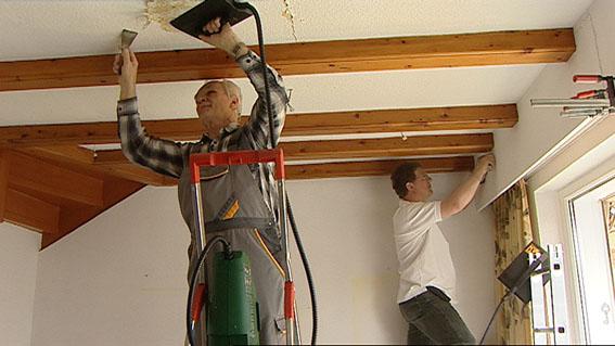 Alte Tapete L?st Sich Beim Streichen : sind, machen sich die Handwerker daran die alte Tapete abzul?sen